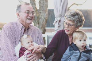 adult baby babysitting 302083 300x200 - Studie: Großeltern mögen ihre Enkel!
