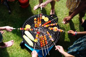adults aerial barbecue 1260310 300x200 - So grillen Sie gesund!