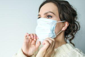 woman in white face mask 3873193 1 300x200 - Ohrenschmerzen wegen Mundschutz: Das hilft!