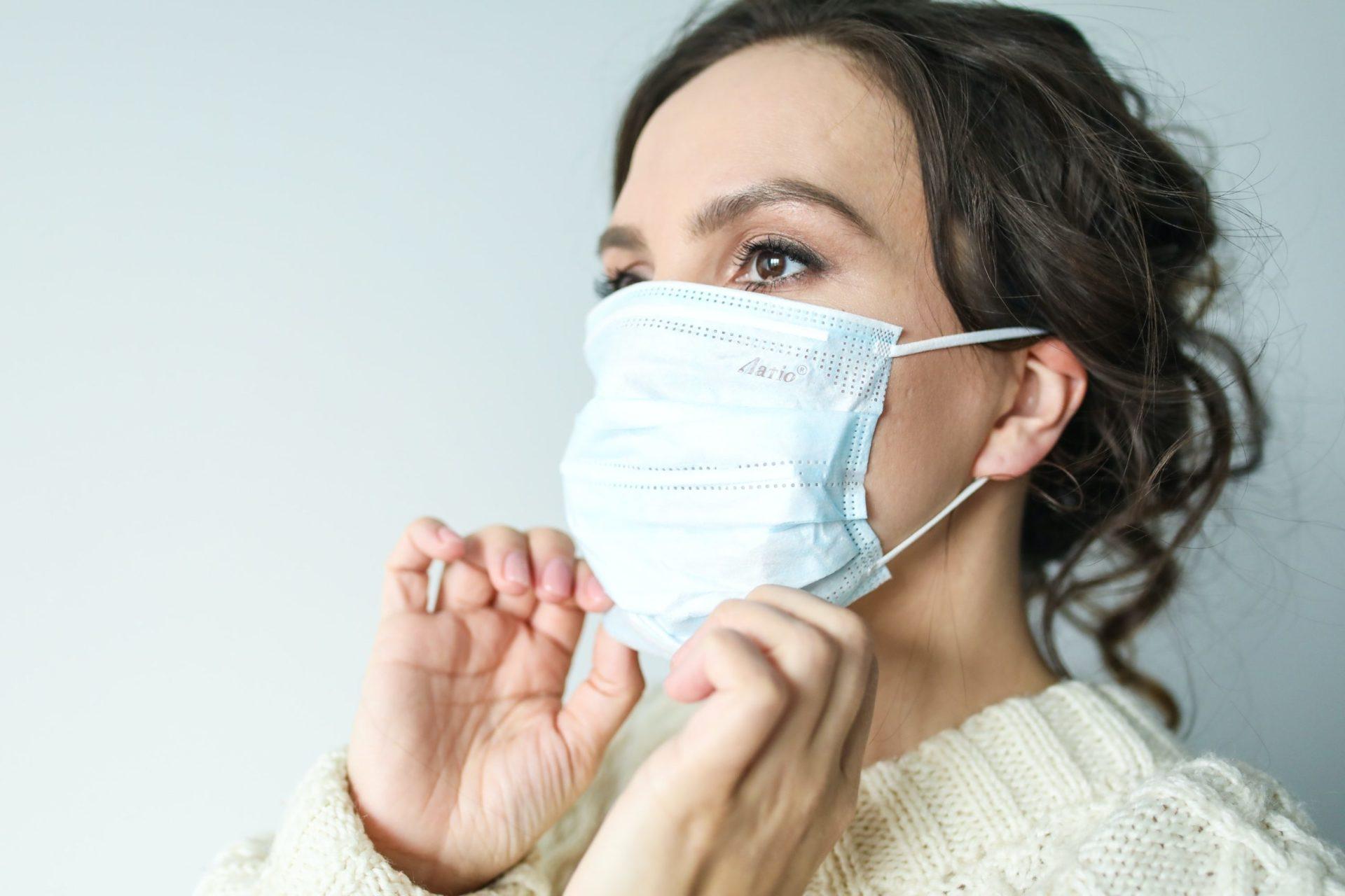 woman in white face mask 3873193 1 scaled - Ohrenschmerzen wegen Mundschutz: Das hilft!